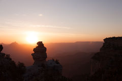 Lever de soleil avec un canard sur une roche Image stock