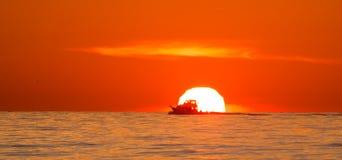 Lever de soleil de bateau image libre de droits
