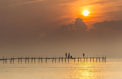 Lever de soleil bienvenu de famille sur le pont en bois Image stock