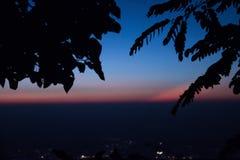 Lever de soleil bleu de ligth dans le dessus de la montagne Photo stock