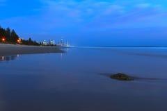 Lever de soleil bleu sur une plage. Photographie stock