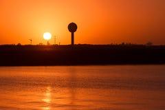 Lever de soleil brûlant à côté d'antenne de radar Photos libres de droits