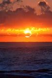 Lever de soleil brûlant au-dessus d'océan Photographie stock libre de droits