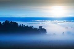 Lever de soleil brumeux au-dessus du pré 3 photos stock
