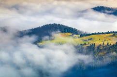 Lever de soleil brumeux d'été dans les Alpes italiens Photographie stock libre de droits