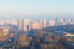 Lever de soleil brumeux d'automne froid au-dessus de rue Photographie stock libre de droits