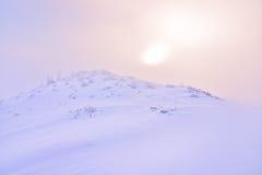 Lever de soleil brumeux dans de belles couleurs en pastel Photos stock