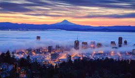 Lever de soleil brumeux de Portland Photographie stock