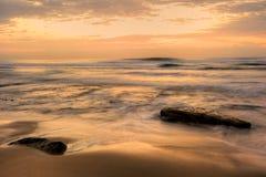 Lever de soleil brumeux de vague Image stock