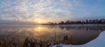 Lever de soleil brumeux sur le lac, Russie, Ural Photos libres de droits