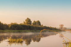 Lever de soleil brumeux sur une petite rivière photo libre de droits