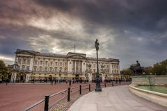 Lever de soleil de Buckingham Palace de Londres le mail R-U - image courante images stock
