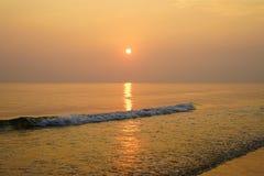 Lever de soleil chaud d'or au-dessus des ressacs se brisants image stock