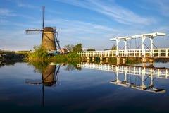 Lever de soleil chaud et calme de moulin à vent Image stock