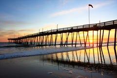 Lever de soleil chez Avalon Pier photographie stock libre de droits