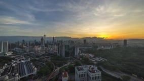 Lever de soleil chez Kuala Lumpur City banque de vidéos