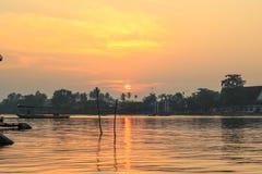 Lever de soleil chez Mae Klong River, secteur d'Amphawa, province de Samut Songkhram, Thaïlande Image stock