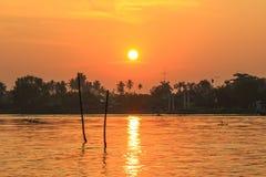 Lever de soleil chez Mae Klong River, secteur d'Amphawa, province de Samut Songkhram, Thaïlande Photographie stock