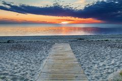 Lever de soleil coloré à une plage sablonneuse de la mer baltique Photos libres de droits
