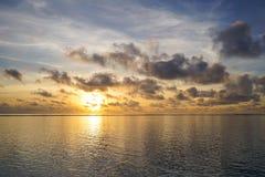 Lever de soleil coloré au-dessus d'océan tropical Image libre de droits