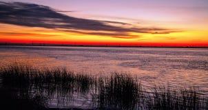 Lever de soleil coloré au-dessus d'un lac photographie stock