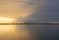 Lever de soleil coloré bleu et d'or paisible au-dessus de pont de Skyway et photos stock