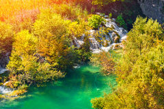 Lever de soleil coloré d'automne en parc national de lacs Plitvice Photo libre de droits