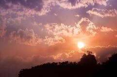 Lever de soleil coloré d'hiver au-dessus des montagnes fumeuses Images libres de droits