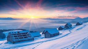 Lever de soleil coloré d'hiver dans les montagnes carpathiennes Photo libre de droits