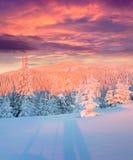 Lever de soleil coloré d'hiver en montagnes Photographie stock