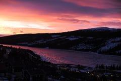 Lever de soleil coloré dans les montagnes en Suède du nord Images stock