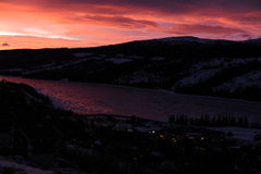 Lever de soleil coloré dans les montagnes en Suède du nord Photo libre de droits