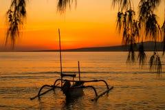 Lever de soleil coloré sur l'île Photo stock