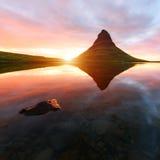 Lever de soleil coloré sur la cascade de Kirkjufellsfoss Photographie stock libre de droits