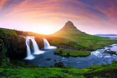 Lever de soleil coloré sur la cascade de Kirkjufellsfoss Photos libres de droits