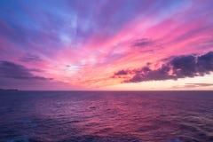 Lever de soleil coloré au-dessus de l'océan Photographie stock