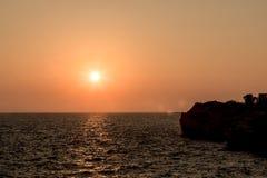 Lever de soleil color? de plage d'oc?an Coucher du soleil ? la plage c?l?bre Le coucher du soleil au-dessus des ?les aboient photo stock