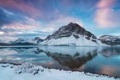 Lever de soleil de début de la matinée au lac bow et à la montagne de rallonge coudée Le lac bow est un petit lac dans Alberta oc photos stock