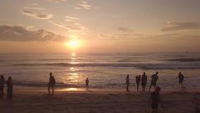 Lever de soleil de début de la matinée en ciel sur la vue aérienne de plage d'été Aube de observation de matin de Peoople en ciel banque de vidéos