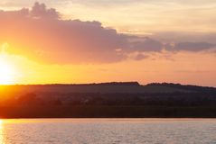 Lever de soleil de début de la matinée sur une rivière préoccupée, paysage idéaliste photos libres de droits