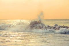 Lever de soleil d'or au-dessus de l'océan Photographie stock libre de droits