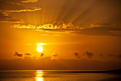 Lever de soleil d'or au-dessus de la mer Image stock