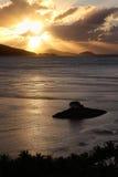 Lever de soleil d'or au-dessus des îles tropicales Images libres de droits