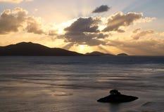 Lever de soleil d'or au-dessus des îles tropicales Image libre de droits