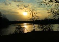 Lever de soleil d'or au-dessus du lac Photos libres de droits