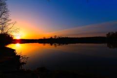 Lever de soleil d'or au-dessus du lac Photo libre de droits