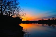 Lever de soleil d'or au-dessus du lac Images libres de droits