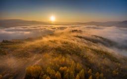 Lever de soleil d'automne dans les nuages de l'inversion Photographie stock