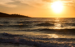 Lever de soleil d'automne dans les nuages de l'inversion Image libre de droits
