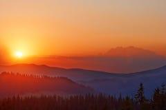 Lever de soleil d'or coloré au-dessus de la vallée dans les Carpathiens Image stock